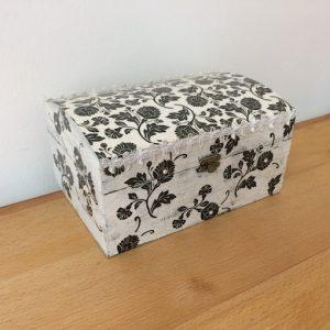 handgefertigte Schmuckdose aus Holz Blumenmotiv